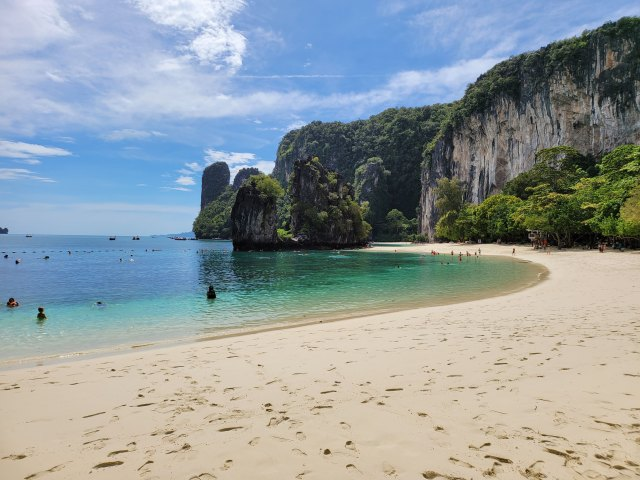 มุมหนึ่งของชายหาดบนเกาะห้อง มีคนเล่นน้ำอยู่ประปราย