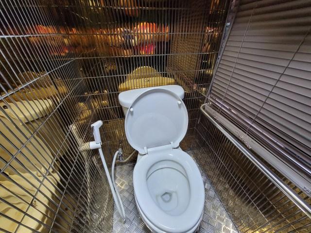 ห้องน้ำแบบชักโครกภายในรถบัส