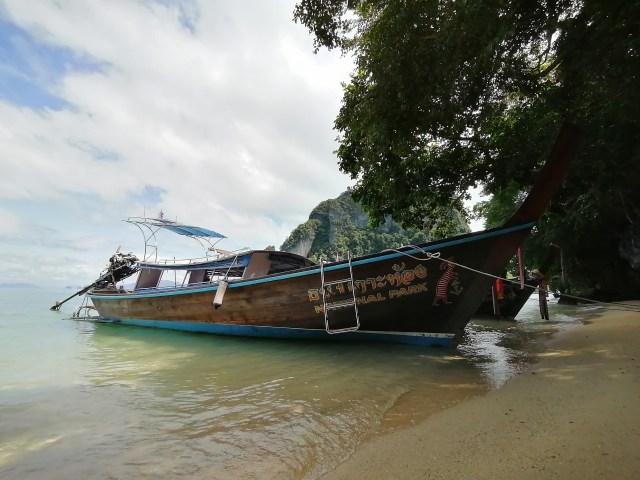 เรือหางยาวสองลำจอดอยู่ริมหาดบนเกาะ