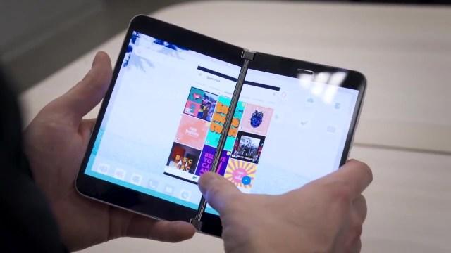 ภาพแสดงรอยต่อของหน้าจอของ Microsoft Surface Duo