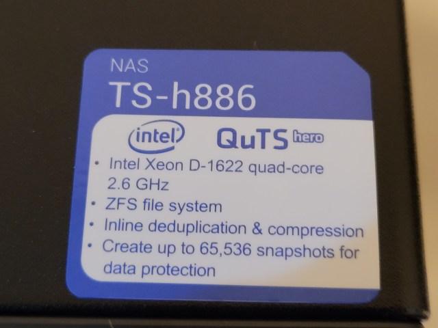 สติกเกอร์ของ QNAP TS-h886 แสดงฟีเจอร์ของ NAS รุ่นนี้