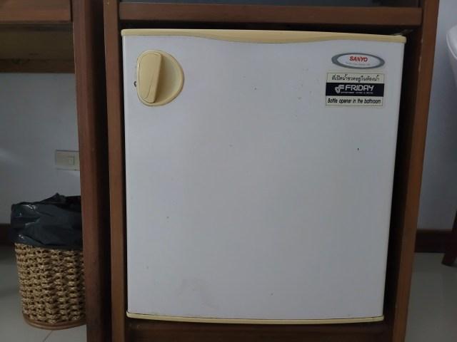 ตู้เย็น Sanyo ในห้องพักโรงแรม Friday