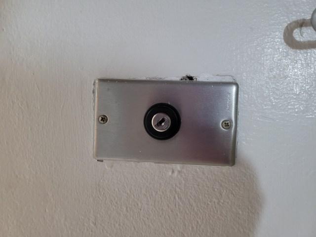 สวิตช์เปิดปิดระบบไฟในห้อง เป็นแบบไขกุญแจ