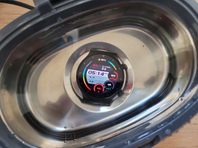 สมาร์ทวอทช์ Huawei Watch GT 2 Pro เฉพาะตัวเรือน อยู่ในน้ำในเครื่องล้างแว่นตา