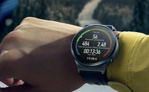 แขนข้างขวา ใส่เสื้อแขนยาวสีเหลือง กำลังดูข้อมูลการวิ่งจากสมาร์ทวอทช์ Huawei Watch GT 2 Pro อยู่