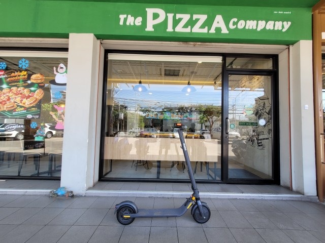 Ninebot Kickscooter E25 จอดอยู่ที่หน้าร้าน The Pizza Company
