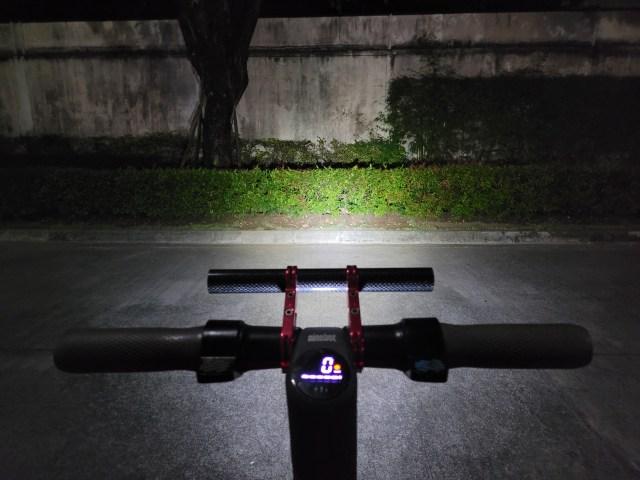 Ninebot Kickscooter ES2 เปิดไฟหน้าตอนกลางคืน