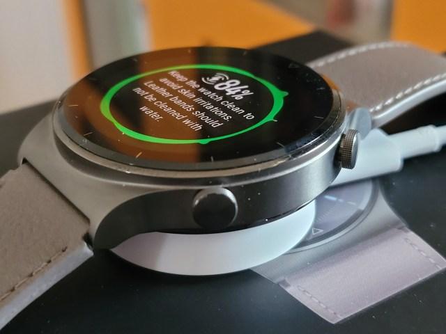 สมาร์ทวอทช์ Huawei Watch GT 2 Pro ชาร์จแบบไร้สายบนแท่นชาร์จ หน้าปัดนาฬิกาแจ้งว่ามีแบตเตอรี่ 84%