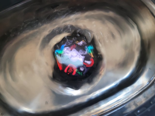ภาพของสมาร์ทวอทช์ Huawei Watch GT 2 Pro เฉพาะตัวเรือน กำลังถูกทำความสะอาดอยู่ในเครื่องล้างแว่นตา