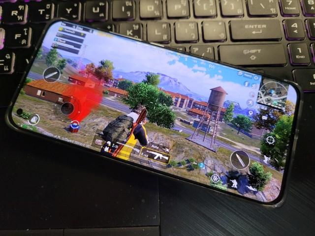 สมาร์ทโฟน Xiaomi Mi 11 5G ที่หน้าจอแสดงผลกำลังเล่นเกม PUBG อยู่