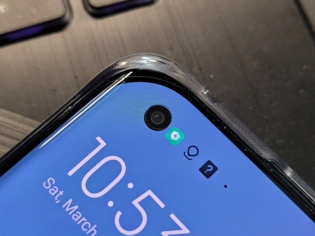 ภาพระยะใกล้ของกล้องด้านหน้าแบบเจาะรูบนหน้าจอของสมาร์ทโฟน