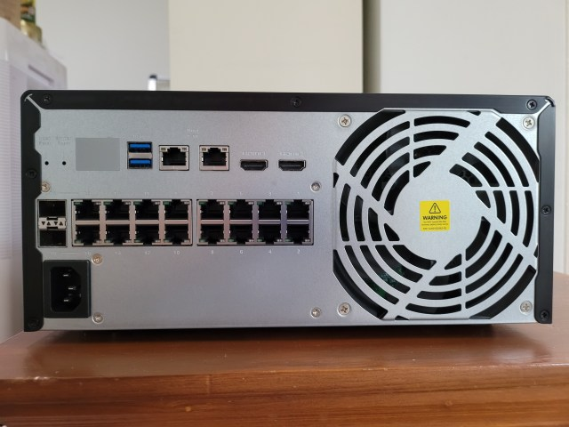ด้านหลังของ QNAP NAS รุ่น QGD-3014-16PT-8G