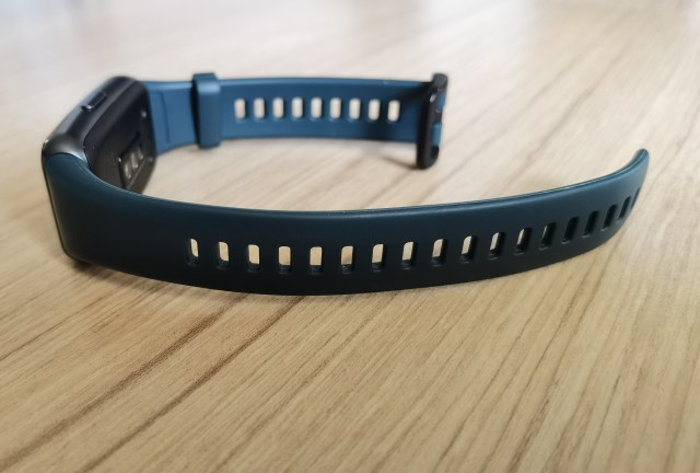 ภาพของสมาร์ทแบนด์ Huawei Band 6 แสดงให้เห็นถึงสายซิลิโคนด้านยาว