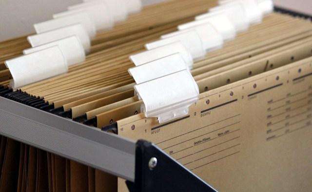 ภาพของตู้ใส่แฟ้มเอกสาร ที่มีแฟ้มเอกสารกระดาษเก็บอยู่จำนวนมาก