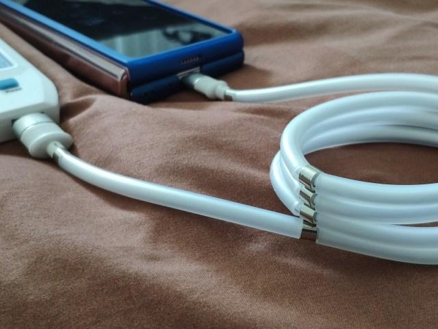 สายชาร์จ Gizmo GU-035 USB-C ขณะกำลังชาร์จแบตเตอรี่ให้ Samsung Galaxy Z Fold 2 โดยกำลังม้วนเก็บอยู่
