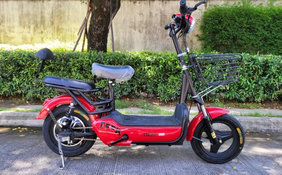 จักรยานไฟฟ้าสีแดง