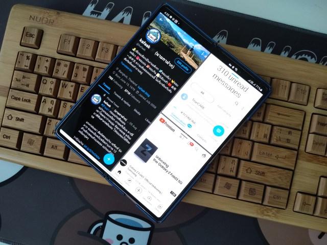 Samsung Galaxy Z Fold 2 กำลังเปิด 3 แอปพร้อมๆ กัน