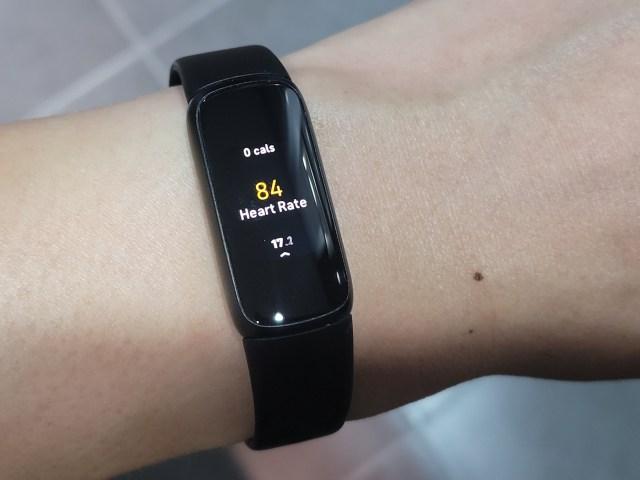 Fitbit Luxe สีดำ ขณะกำลังแสดงผลอัตราการเต้นหัวใจ ตอนที่กำลังออกกำลังกาย