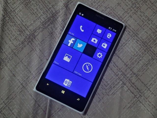 ด้านหน้าของ Nokia Lumia 1020 สีขาว