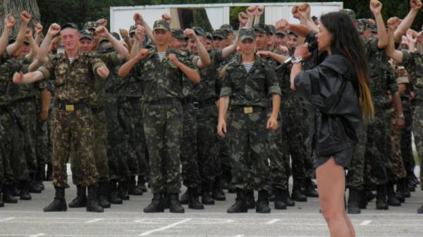 Под Симферополем Руслана учила морпехов танцевать и шуметь ...
