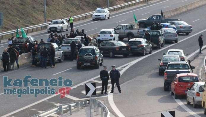 Οι αγρότες έκλεισαν την Εθνική Οδό Κορίνθου-Καλαμάτας στον κόμβο Μεγαλόπολης (video-photo)