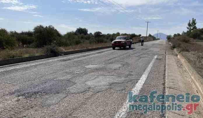Συνεργεία του δήμου Μεγαλόπολης κλείνουν τις λακκούβες στον δρόμο προς Ίσαρη-Βάστα
