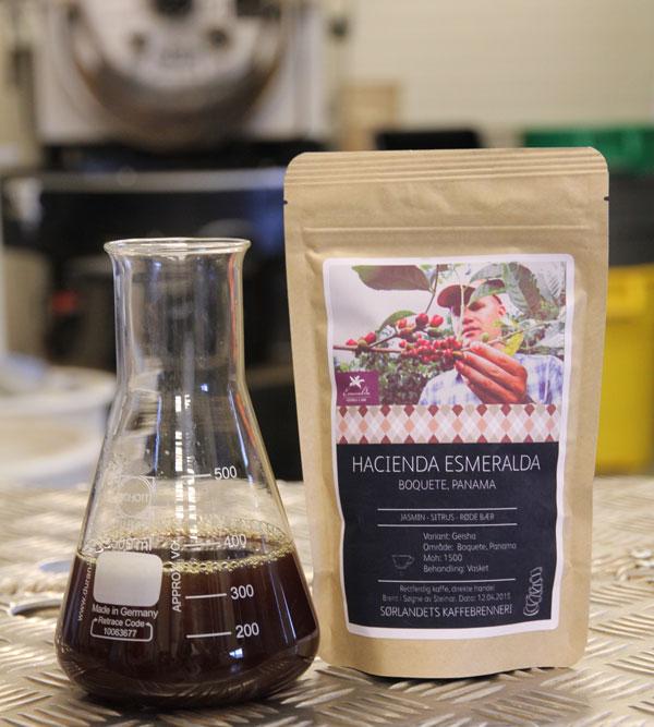 Bilde av kaffepose og kolbe med kaffe