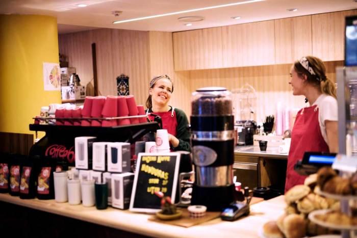 Bilde av to kvinnelige baristaer