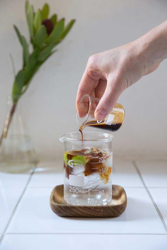 Bilde av espresso som helles i en kald drink