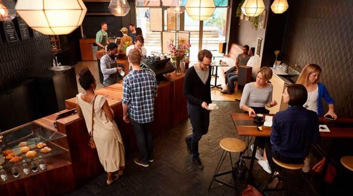 Bilde av mennesker i en kaffebar