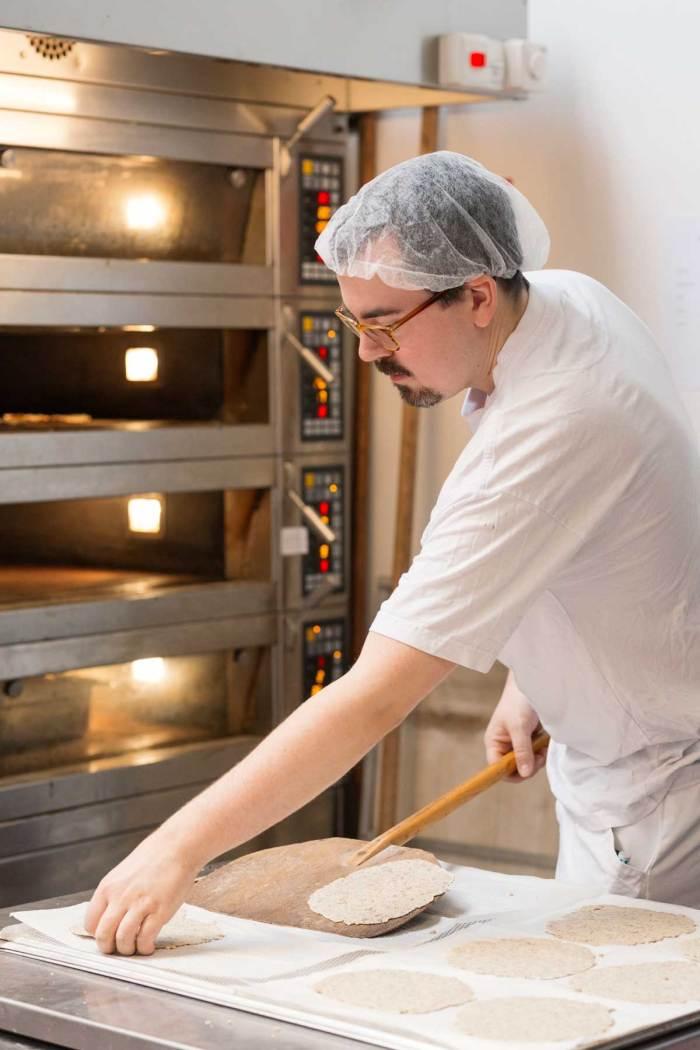 Bilde av mann som baker knekkebrød