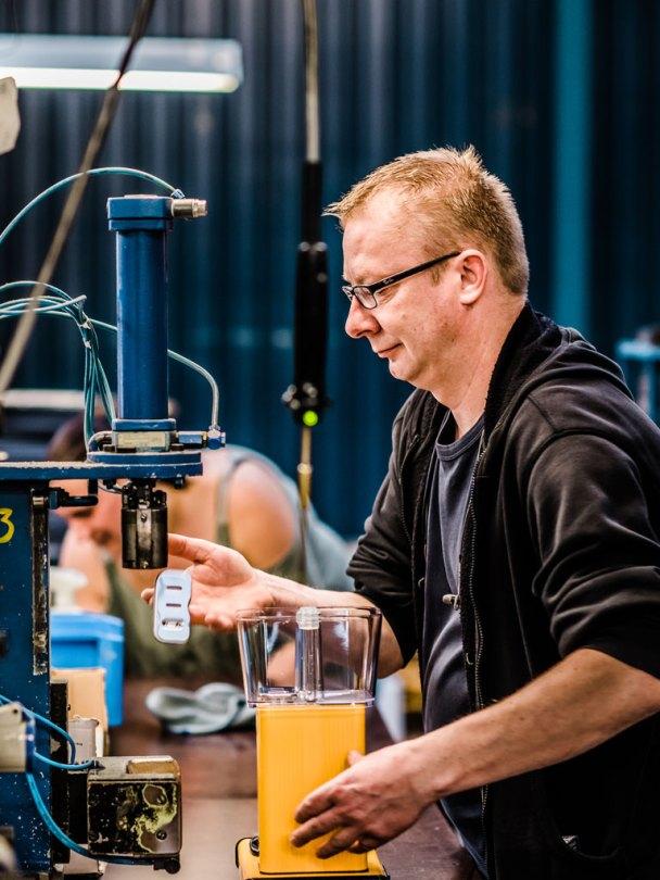 Mann som monterer Moccamaster i produksjonslokale i Amerongen