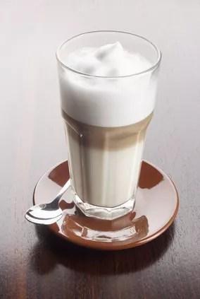 Perfekter Latte Macchiato mit den drei Schichten aus Schaum, Milch und Espresso