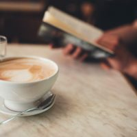 Bücher und Koffein