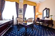 Ein Hotelzimmer mit Doppelbett
