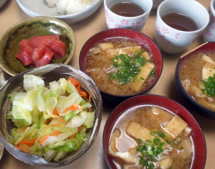 焼き魚定食の味噌汁と即席漬けと明太子