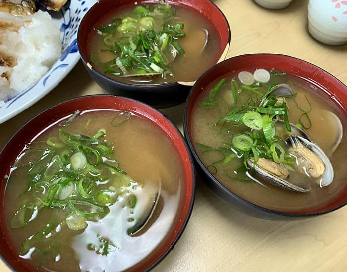 焼き魚定食のアサリの味噌汁