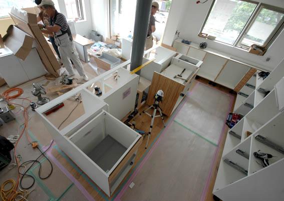 組立途中のキッチン