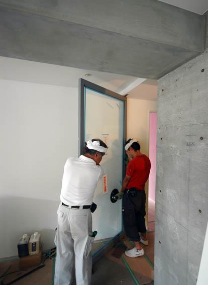 特注スチール扉の吊り込み