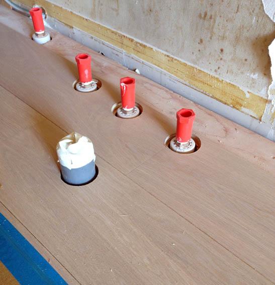 床立上り配管とフローリングの取り合い