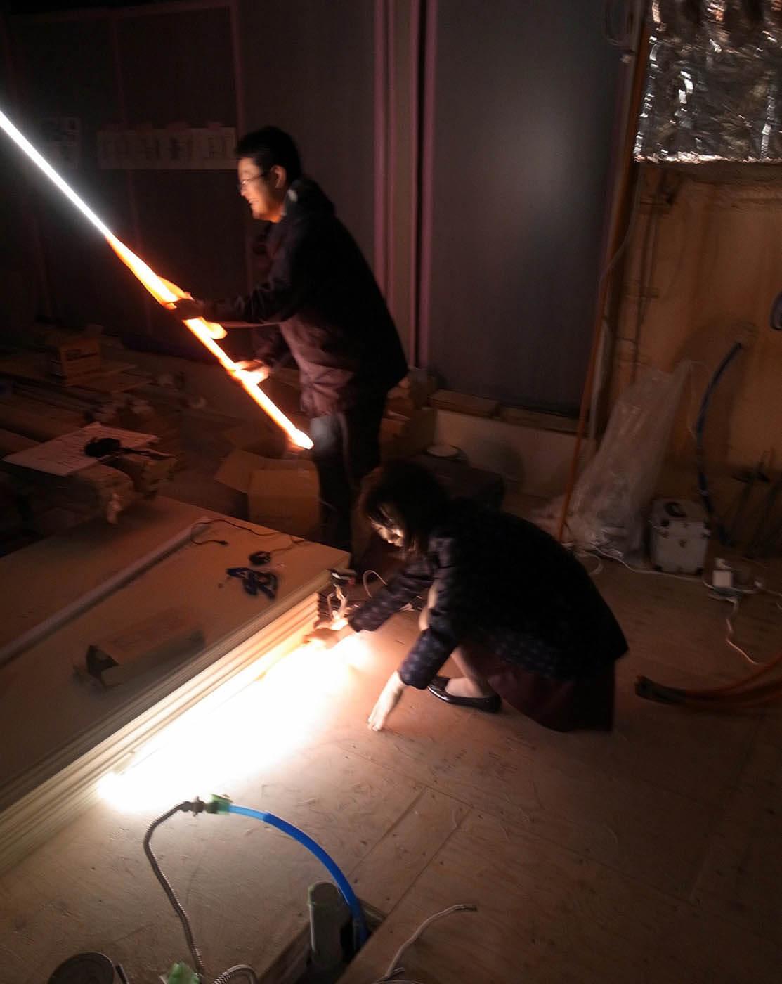 TVボード上の木製ルーバーの間接照明実験