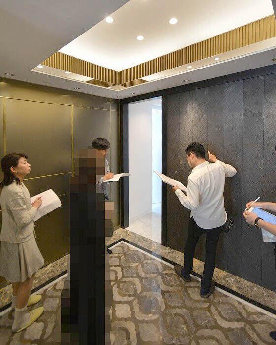 玄関ホールの補修か所のチェック