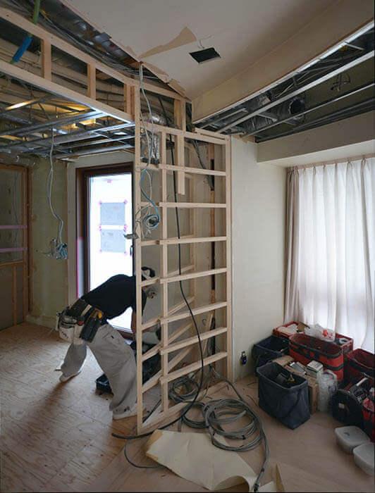 斜め壁とキッチン壁のシャープエッジ大工造作