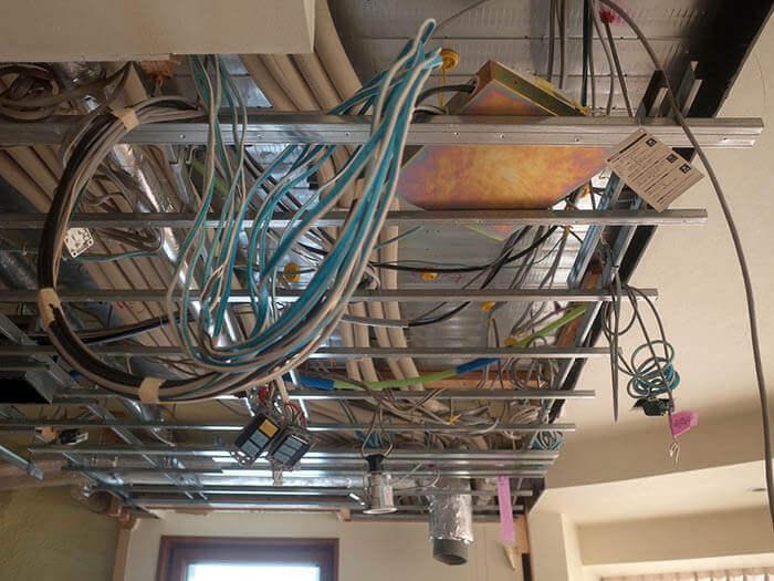 青山N邸解体_キッチンの折り下げ天井裏の設備確認