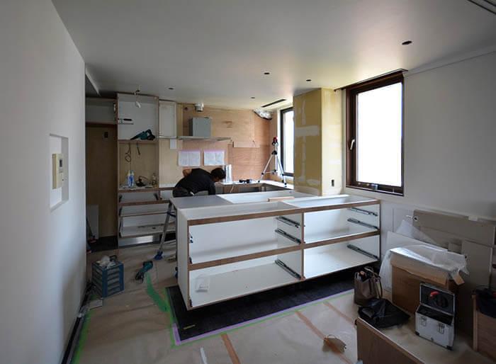 オーダーキッチンの組み立てが始まった白金台E邸