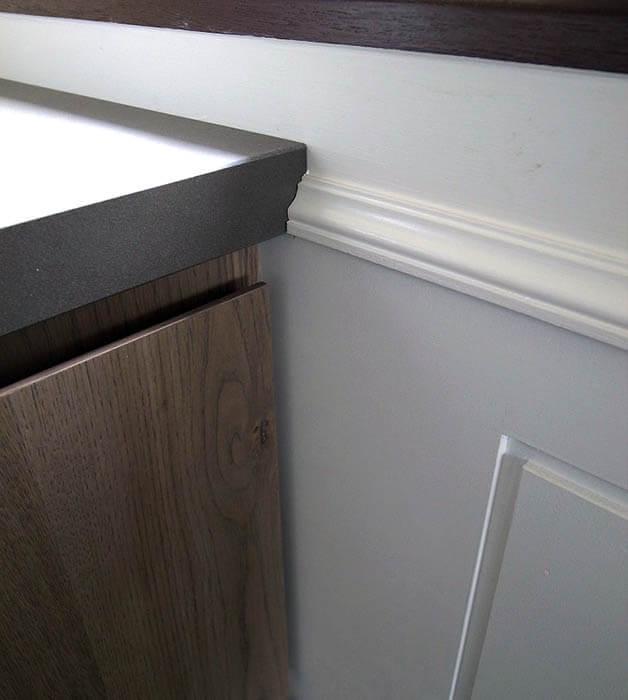 オーダーキッチンカウンターと腰壁装飾の取り合い