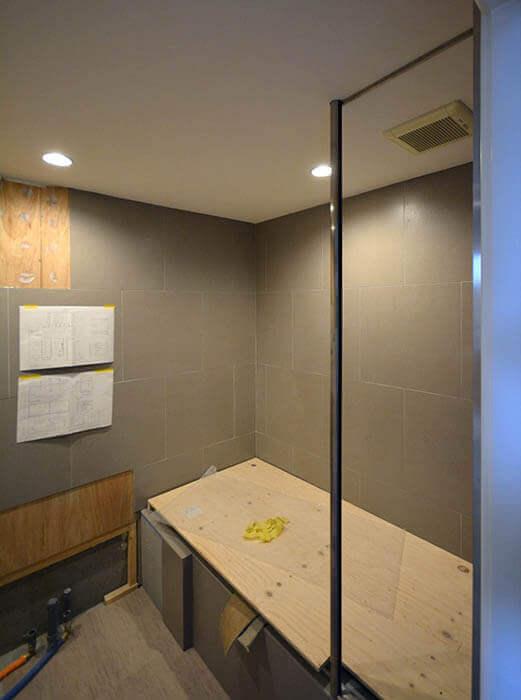 浴室の手摺り兼用水撥ね防止ガラス