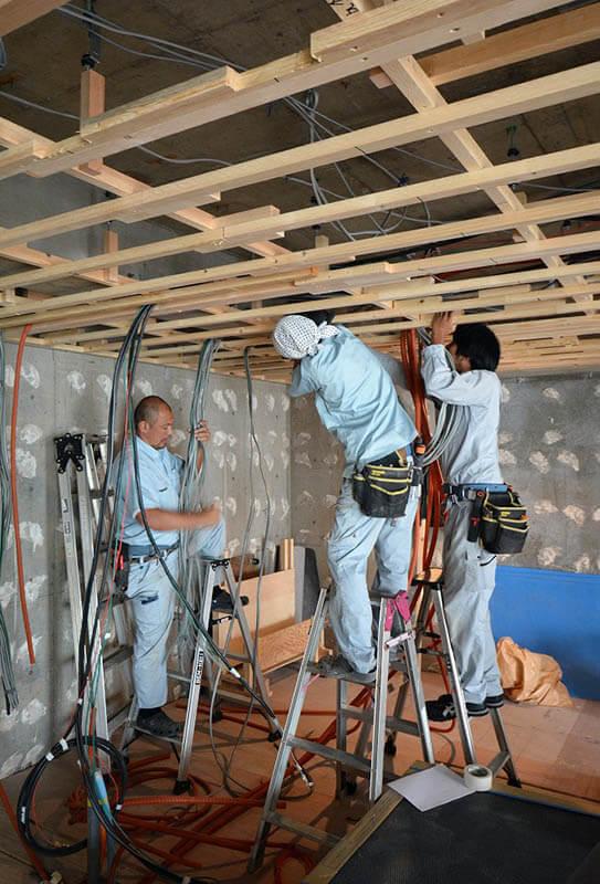 天井防振下地と電気配線