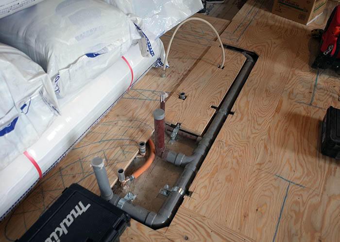 床給排水管と床下地の取り合い