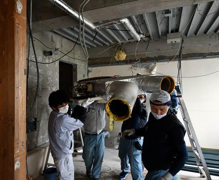 マンションの空調吸排気設備刷新工事_既存ファンコイルユニットの取り外し